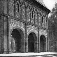 Монастырские ворота в Лорше. 8 - 9 вв.