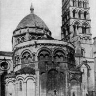 Собор Сен Пьер в Ангулеме. Окончен в 1128 г. Вид с востока