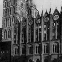 Ратуша и церковь св. Николая в Штральзунде. Строительство ратуши начато во 2-й половине 13 в., завершено в 1-й половине 15 в.