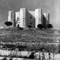 Кастель дель Монте близ Андрии (Апулия). Замок Фридриха II Гогенштауфена. 40-е гг. 13 века. Общий вид