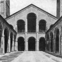 Церковь Сант Амброджо в Милане. 10-12 вв. Фасад со стороны атрия