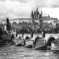 Карлов мост и Градчаны в Праге. Мост построен в середине 14 века