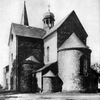 Собор св. Петра и св. Павла в Крушвице.12 в.; башня - 16 в. Вид с юго-востока