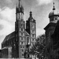 Мариацкий костел в Кракове. 14 в.; верх северной башни - 1476 г.; южной башни - 1592-1594 гг. Вид с северо-запада