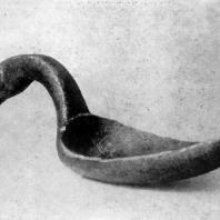 Деревянный ковш в виде лебедя из Горбуновского торфяника (близ Нижнего Тагила). Длина 17 см. 3—2 тыс. до н. э. Москва. Исторический музей