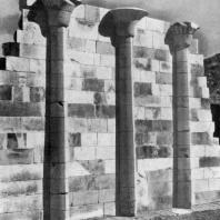 Стена заупокойного храма фараона Джосера в Саккара. III династия. Начало 3 тыс. до н. э.