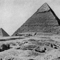 Пирамиды в Гизэ. Направо — пирамида Хафра, левее — пирамида Менкаура. IV династия. Первая половина 3 тыс. до н. э.