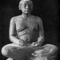 Статуя писца Каи. Известняк. Глаза инкрустированы из алебастра, черного камня, серебра и горного хрусталя. V династия. Середина 3 тыс. до н. э.