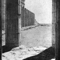 Колоннада храма царицы Хатшепсут в Деир-эль-Бахри. Вид со стороны храма