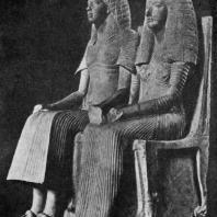 Семейная группа времени Аменхотепа III из Фив. Известняк. XVIII династия. Конец 15 в. до н. э. Лондон. Британский музей