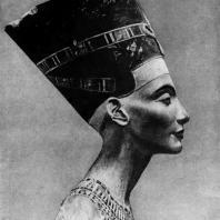 Портрет царицы Нефертити из мастерской скульптора Тутмеса в Ахетатоне (Элъ-Амарне). Раскрашенный известняк. XVIII династия. Начало 14 в. до н. э. Берлин