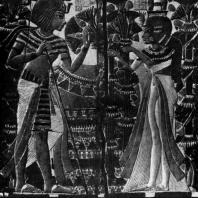 Тутанхамон с женой в саду. Рельеф на крышке ларца. Из гробницы Тутанхамона близ Фив. XVIII династия. 14 в. до н. э. Каир. Музей