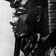 Золотая маска саркофага Тутанхамона из его гробницы близ Фив. XVIII династия. 14 в. до н. э. Каир., Музей