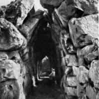 Сводчатая галерея в Тиринфе. 14 в. до н. э.