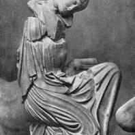 Женщина, схваченная кентавром за волосы, с западного фронтона храма Зевса в Олимпии. Мрамор. 460—450 гг. до н. э. Олимпия. Музей