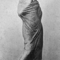 Девушка, закутанная в плащ. Танагрская статуэтка. Терракота. Конец 4 в. до н. э.
