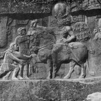 Триумф Шапура I над Валерианом. Наскальный рельеф в Накш-и-Рустеме 3 в. н. э.