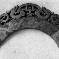 Украшение в форме полудиска хэн с изображением драконов. Нефрит. Период Чжаньго. 5—3 вв. до н. э.Пекин. Музей Гугун